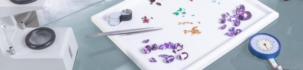 Edelsteine und Werkzeuge auf der Tabelle Mineraloge Edelsteine kaufen